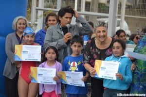 Rafeal Araneda junto a la jefa comunal entrearon los certificados.